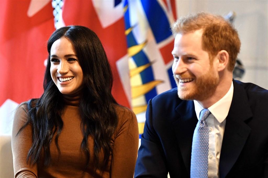 英國哈利王子(右)與妻子梅根8日拋出震撼彈,宣布要退至幕後,未來要在英國和加拿大兩地居住,還表示要財務獨立。(圖取自twitter.com/RoyalFamily)