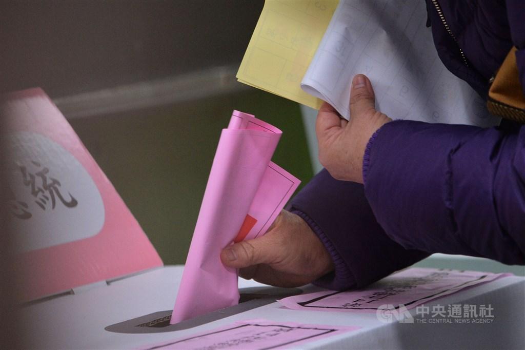 總統蔡英文在11日舉行的選舉中以空前高票勝選連任,大勝對手韓國瑜18.5個百分點,但在政黨票部分,執政的民主進步黨在全台得票率只贏中國國民黨0.62個百分點。(示意圖/中央社檔案照片)
