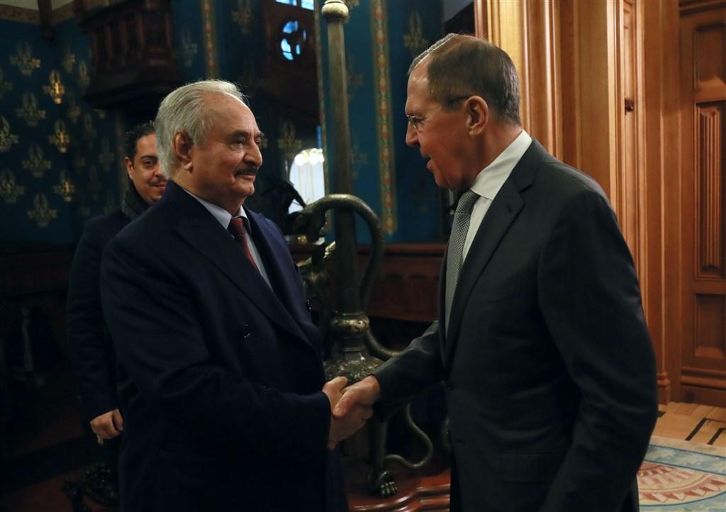 俄羅斯外交部14日證實,利比亞東部軍事強人哈夫塔(前左)已離開莫斯科,未簽署終結利比亞歷時9個月內戰的停火協議。圖為哈夫塔13日會晤俄羅斯外交部長拉夫羅夫(右)。(安納杜魯新聞社提供)