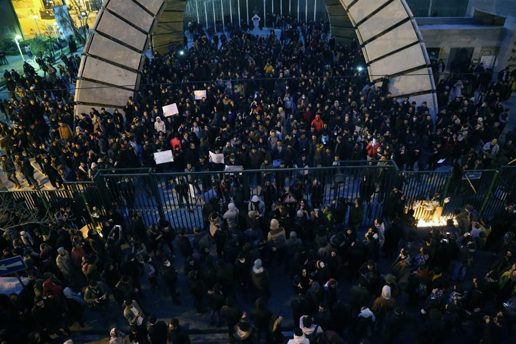 伊朗軍方承認誤擊一架烏克蘭客機後,伊朗民眾不滿政府起初掩蓋真相憤,再爆示威。圖為11日民眾上街示威情形。(安納杜魯新聞社提供)