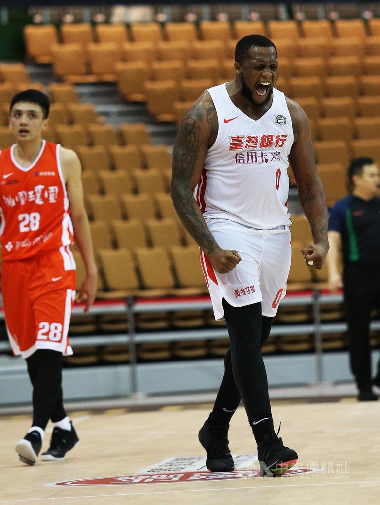 第17季超級籃球聯賽(SBL)上半季賽事進入倒數階段,台灣銀行洋將米歇爾(右)繳出場均「雙十」22分、13籃板的成績,優異表現獲選為第5週最佳球員。(籃球協會提供)中央社記者黃巧雯傳真 109年1月14日