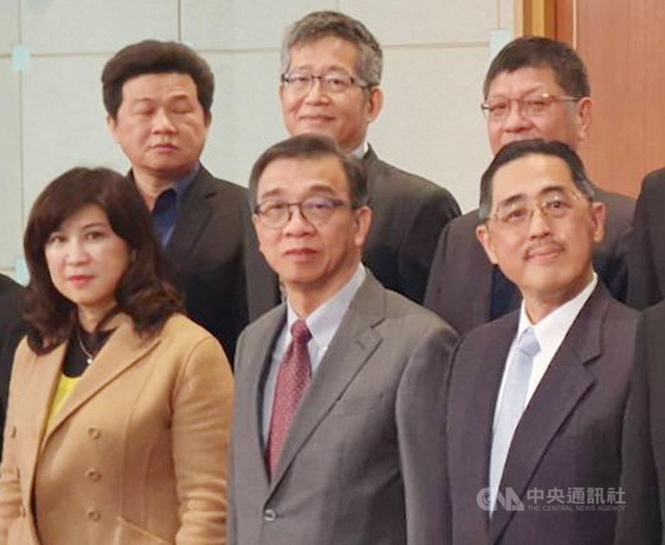 台灣今年進入5G時代,台灣有線寬頻產業協會理事長鄭俊卿(前排中)14日表示,5G對整個通訊產業將帶來匯流,帶動電信和有線電視業者合併或合作。中央社記者江明晏攝  109年1月14日