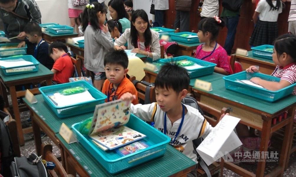 為了讓親子作息同步,教育部將2月15日(週六)調整為中小學上課日,第二學期結業式相應提前。(中央社檔案照片)