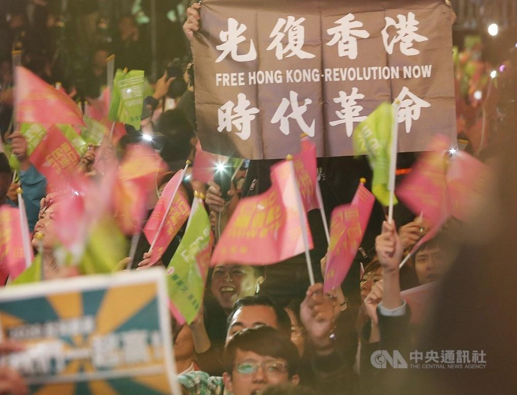 中研院社會學研究所調查發現,中國與香港因素、青年崛起、中產階層轉向是影響大選結果的3個關鍵因素。圖為11日晚間總統蔡英文台北競選總部外,有民眾高舉挺港旗幟。中央社記者郭日曉攝 109年1月11日