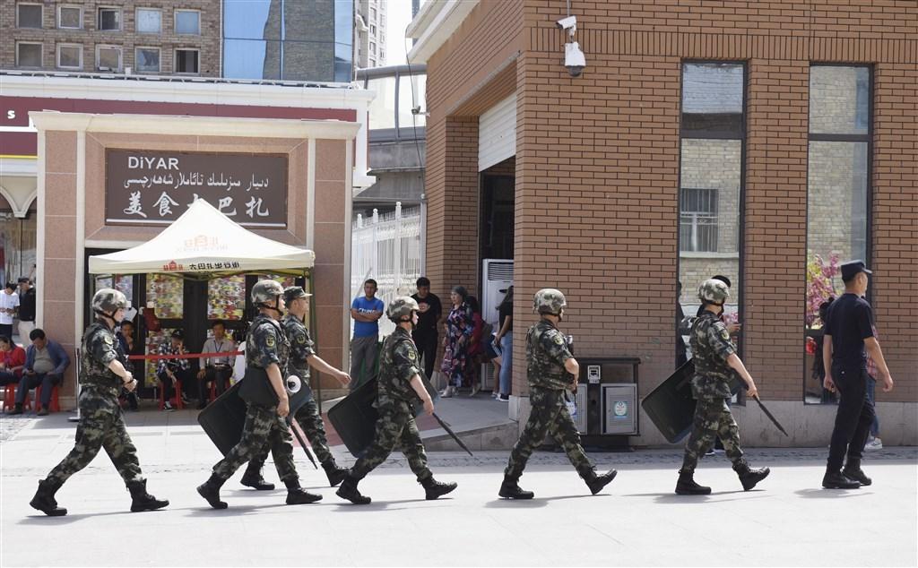 「人權觀察」指責中國政府監看著「中國數十年來所見最粗暴、最無孔不入的鎮壓行動」,包括在新疆省建立「夢魘般的監視系統」。圖為武警在新疆烏魯木齊市巡查。(檔案照片/共同社提供)