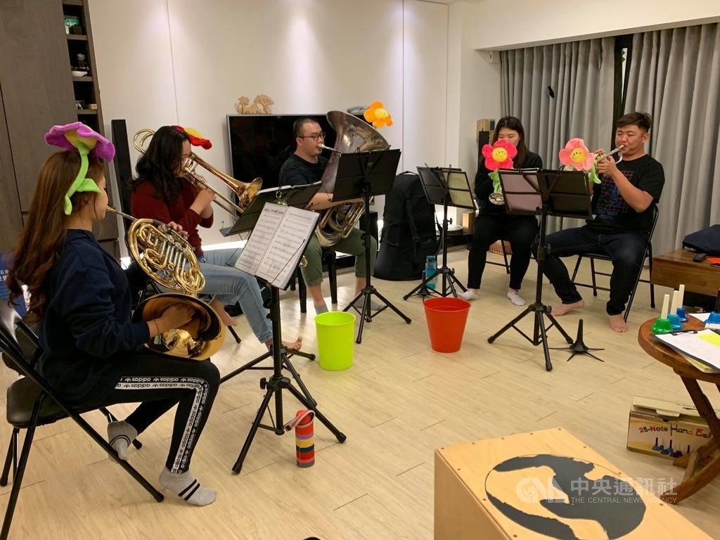 「嘉義銅管五重奏」由一支低音號、二支小號、一支法國號及一支長號組成,團員平日利用星期二晚間練習,常參與各項公益演出。(陳玫君提供)中央社記者蔡智明傳真  109年1月15日