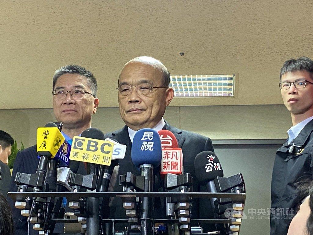 中國國台辦說「台灣的前途由全體中國人民共同決定」;對此,行政院長蘇貞昌(中)15日表示,台灣前途就是台灣人民決定,勝選看出台灣人堅定守護民主,要過自由、民主的生活,希望別的國家不要妄加說長道短。中央社記者黃麗芸攝 109年1月15日