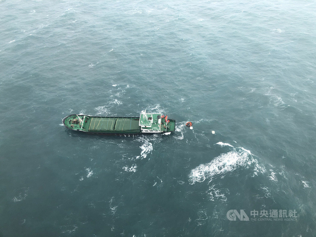 蒙古籍「星爵」號貨輪15日在彰化三豐外海19浬,因機械故障船身傾斜進水,海巡署獲報前往救援。(海巡署提供)中央社記者趙麗妍傳真 109年1月15日