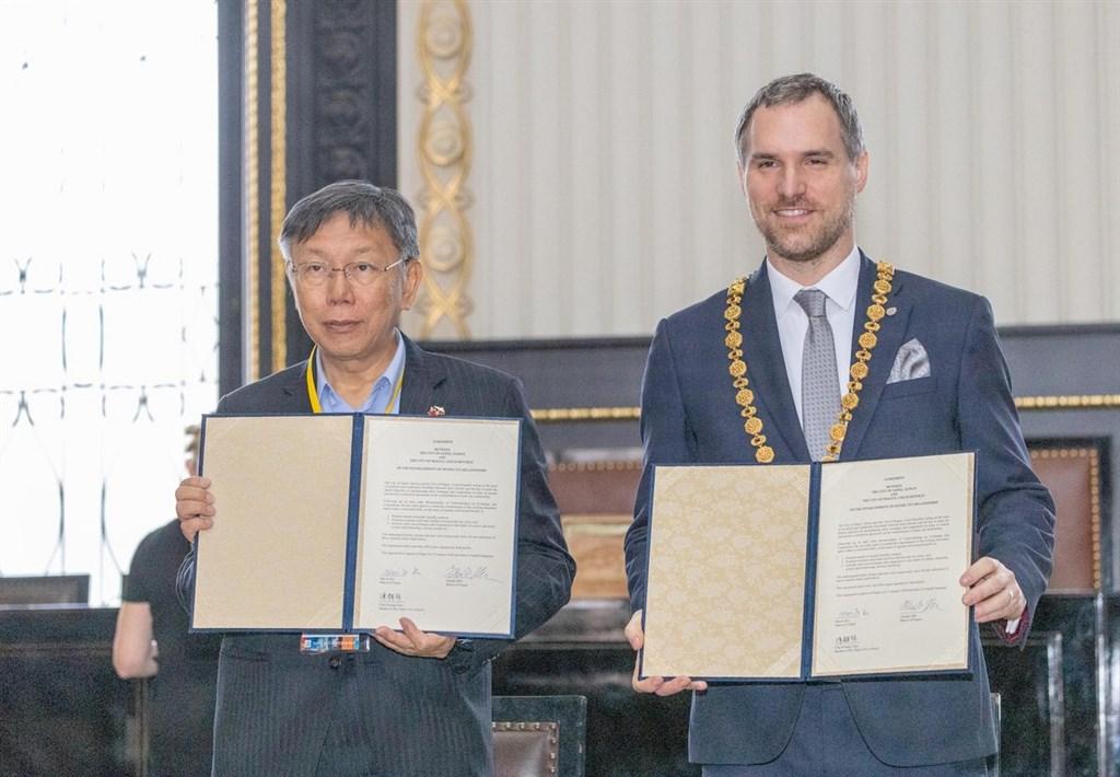 台北市長柯文哲(左)13日與布拉格市長賀瑞普(右)在布拉格簽署姊妹市協定。(北市府提供)中央社記者林育立布拉格傳真 109年1月14日