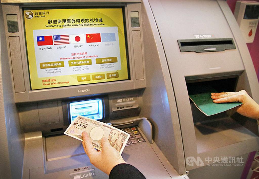 兆豐銀行表示,將從即日起陸續增設6台「外幣現鈔兌換機」,讓旅客省去跑銀行時間,而且免手續費。中央社記者吳佳蓉攝 109年1月5日