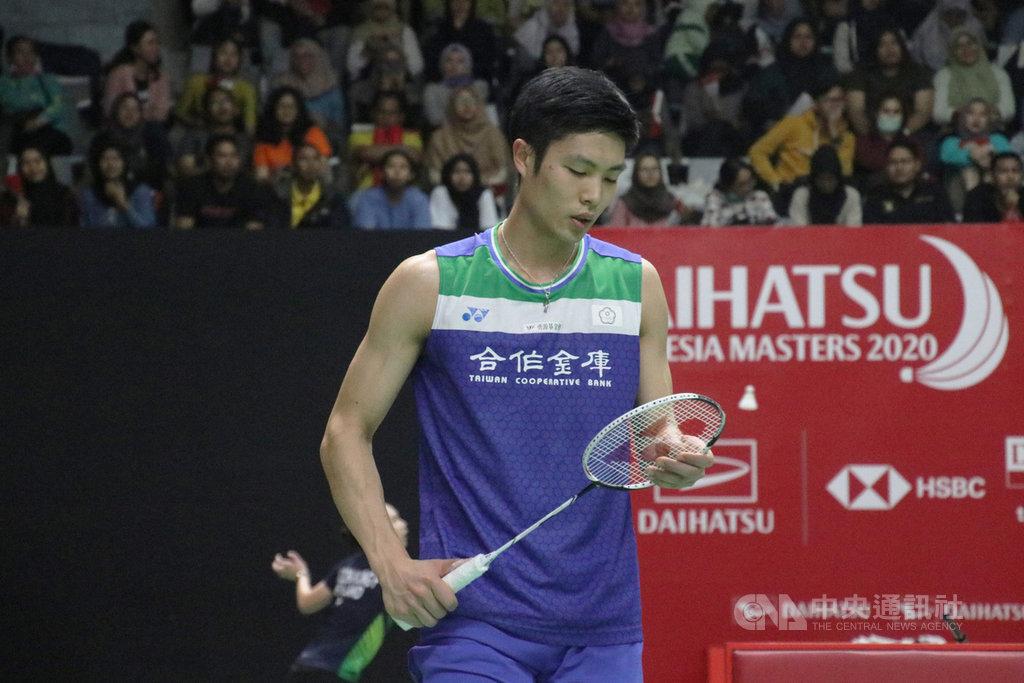 BWF世界羽球巡迴賽超級500印尼大師賽15日進行第二天賽程,中華隊男單選手周天成敗給香港選手李卓耀,止步於16強。中央社記者石秀娟雅加達攝 109年1月15日