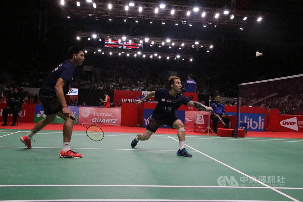 台灣羽球男雙盧敬堯(左)與楊博涵(右)15日在印尼羽球大師賽以直落二擊敗英國對手,晉級16強。中央社記者石秀娟雅加達攝 109年1月15日
