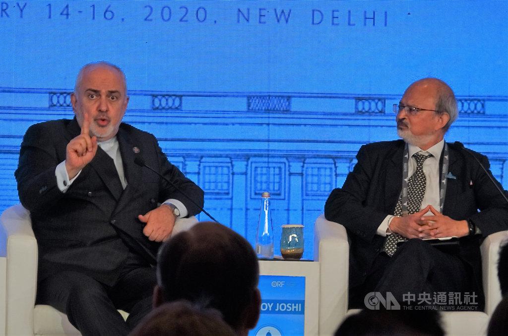伊朗外交部長查瑞夫(左)15日在印度新德里出席瑞辛納對話與觀察研究基金會董事長約希(右)對談,痛批美國無知和自大,伊朗沒有興趣和美國談判。中央社記者康世人新德里攝   109年1月15日