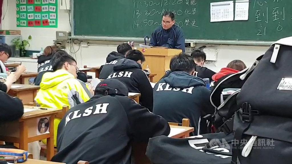受到台鐵誤點影響,基隆高中15日上午期末考延後40分鐘舉行,根據校方統計,截至上午8時40分仍有30多名學生受到影響。中央社記者王朝鈺攝  109年1月15日