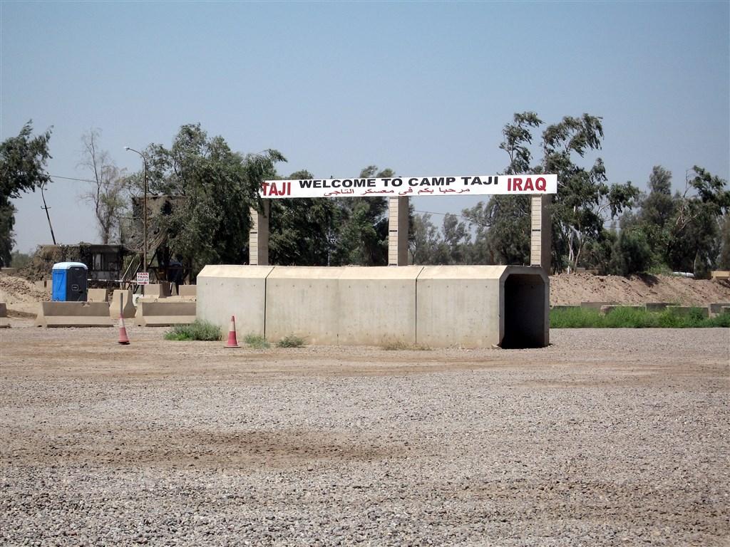 伊拉克軍方表示,巴格達北方的空軍基地塔吉營14日遭到火箭攻擊。圖為塔吉營入口處的標示。(圖取自維基共享資源;作者:Ahodges7,CC BY-SA 3.0)