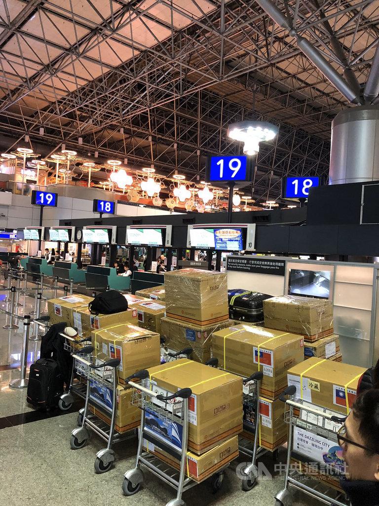 第10屆世界盃麵包大賽14日於巴黎落幕。台灣隊副教練王鵬傑說,每次國際比賽的行李都是大問題,今年總重達900公斤,所幸獲得長榮航空大力協助,大幅減少行李超重成本與行政流程。(王鵬傑提供)中央社記者曾婷瑄巴黎傳真 109年1月15日