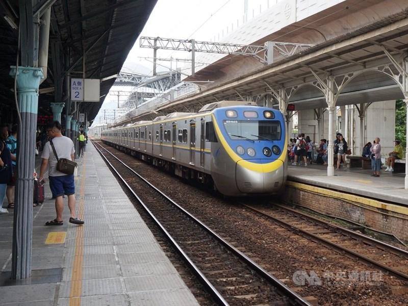 台鐵七堵與南港間號誌15日清晨到上午故障約4小時,造成列車延誤。(示意圖/中央社檔案照片)