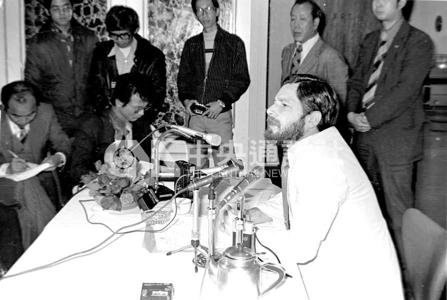 促轉會15日表示,國安局機密檔案包含澳洲學者家博(前)在案發當天打電話到林宅與林義雄雙胞胎女兒的通話紀錄。圖為1980年3月家博因被列為林宅血案被告,在台北舉行記者會說明他與命案無關。(中央社檔案照片)