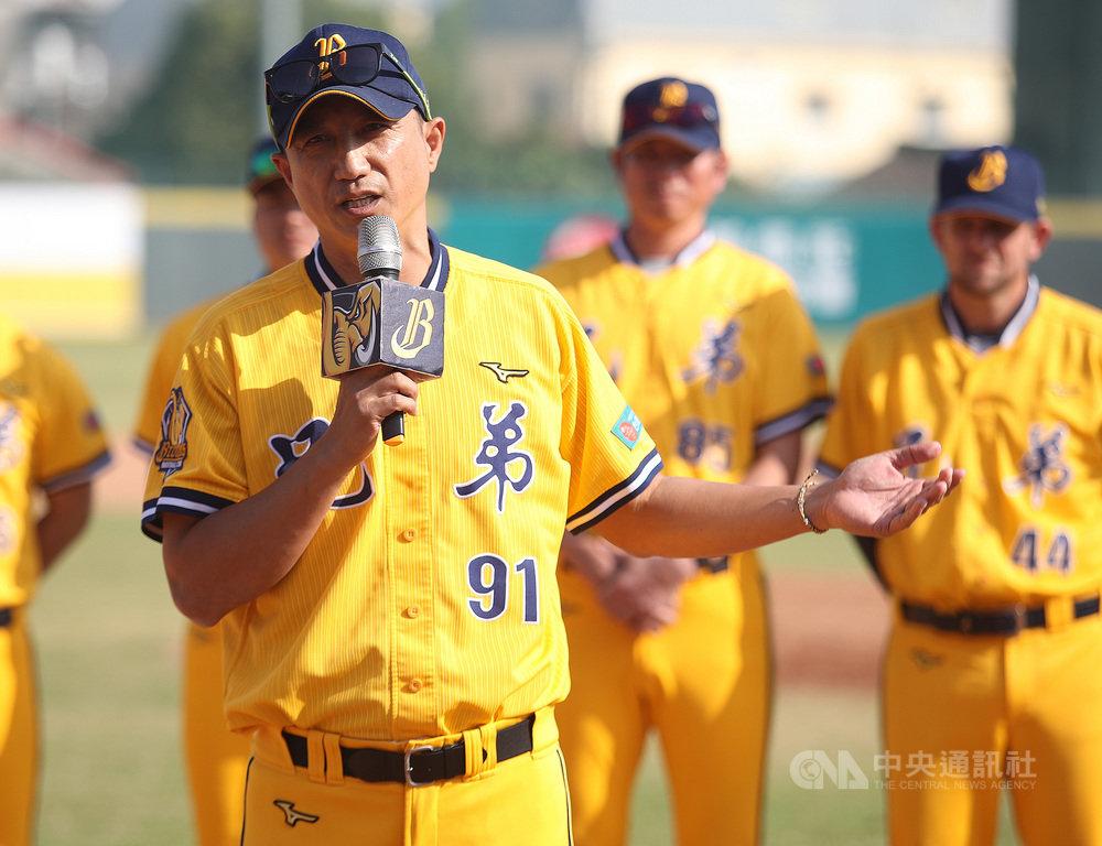中職中信兄弟隊16日在屏東開訓,總教練丘昌榮開訓典禮上喊話,希望球員「莫忘初心」,把一開始喜歡棒球的心找回。中央社記者張新偉攝 109年1月16日