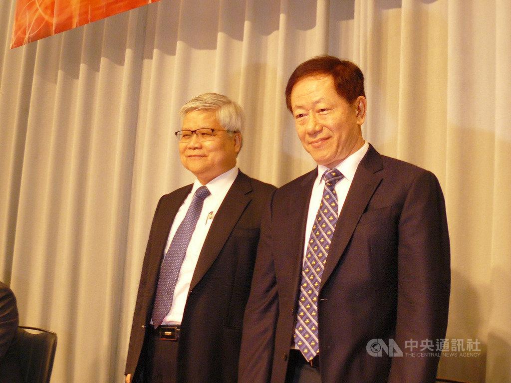 台積電16日召開法人說明會,董事長劉德音(右)與總裁魏哲家(左)出席。中央社記者張建中攝 109年1月16日