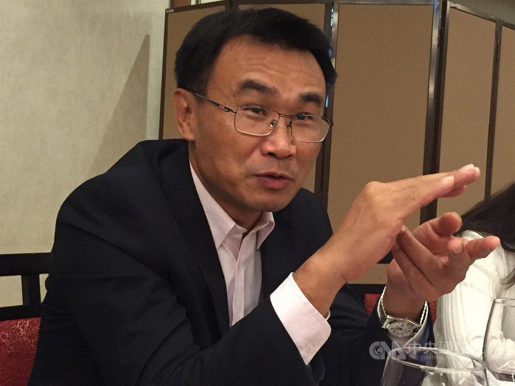 農委會主委陳吉仲16日表示,他認為現在養豬產業最重要任務是把非洲豬瘟阻絕境外、繼續守住,並讓口蹄疫拔針成功,順利在5月獲得世界動物衛生組織(OIE)宣布台灣為非疫區國,就可以外銷。中央社記者楊淑閔攝 109年1月16日