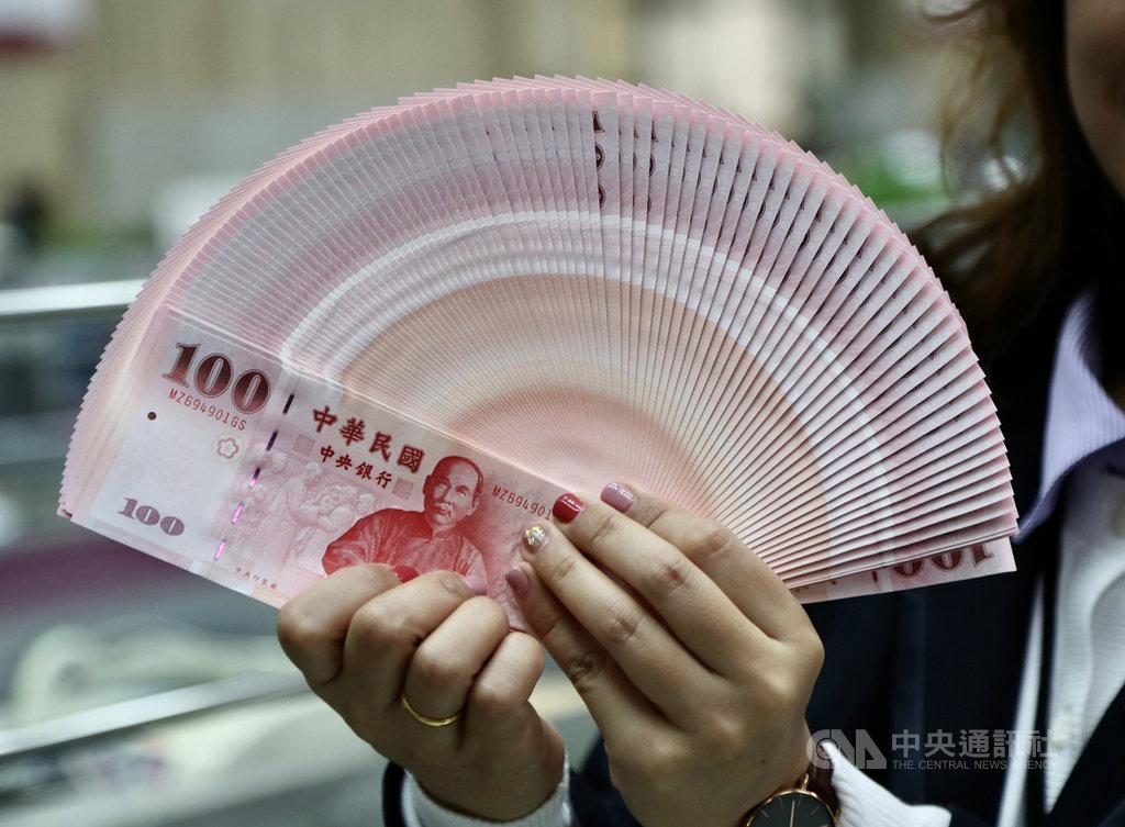 農曆春節將至,為了便利民眾春節前兌換新鈔,16日起至22日民眾可在8家金融機構、共454家選定的分行進行新鈔兌換。中央社記者張皓安攝 109年1月16日