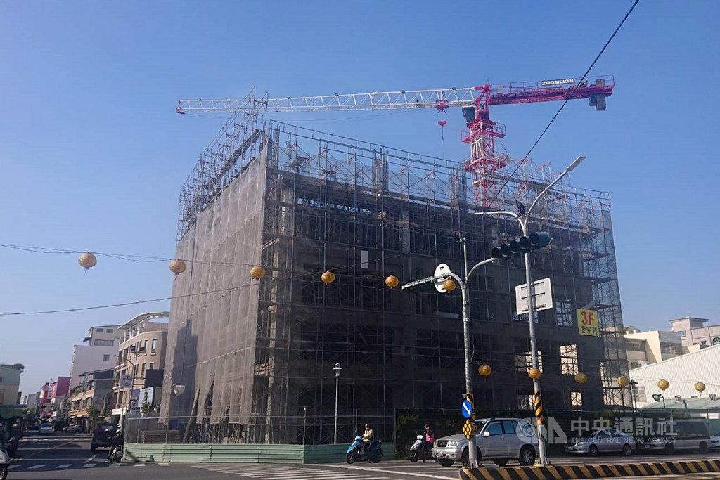 在2016年2月強震後倒塌的台南維冠金龍大樓,原地都更重建工程已在2018年6月動土,預計興建地上15層、地下3層建物,目前工程持續進行。中央社記者楊思瑞攝  109年1月16日