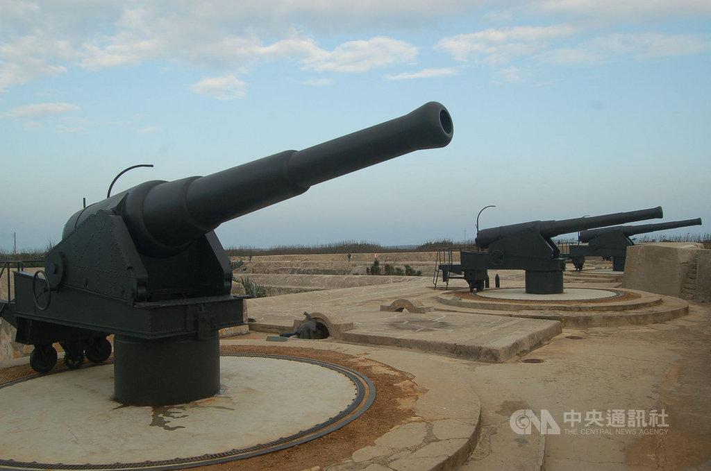 澎湖今年是文化旅遊年,縣長賴峰偉16日邀遊客探訪昔日戰役所遺留下來的古蹟,感受戰地風情。中央社 109年1月16日