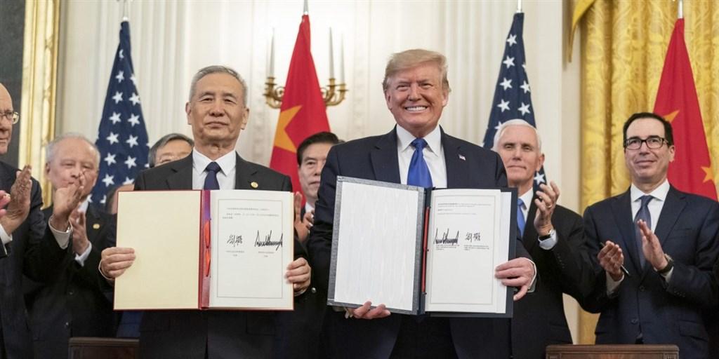 美國總統川普(右)15日與中國國務院副總理劉鶴(左),在白宮共同簽署第一階段貿易協議。(圖取自白宮網頁whitehouse.gov)