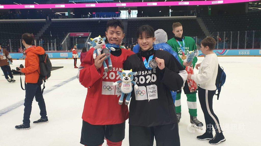 洛桑冬青奧混合國家奧會三對三冰球賽15日男、女子組金牌戰,中華小將林威宇(左)所屬紅隊、張恩婗(右)所屬黑隊,雙雙收下銀牌。(中華奧會提供)中央社記者黃巧雯傳真 109年1月16日