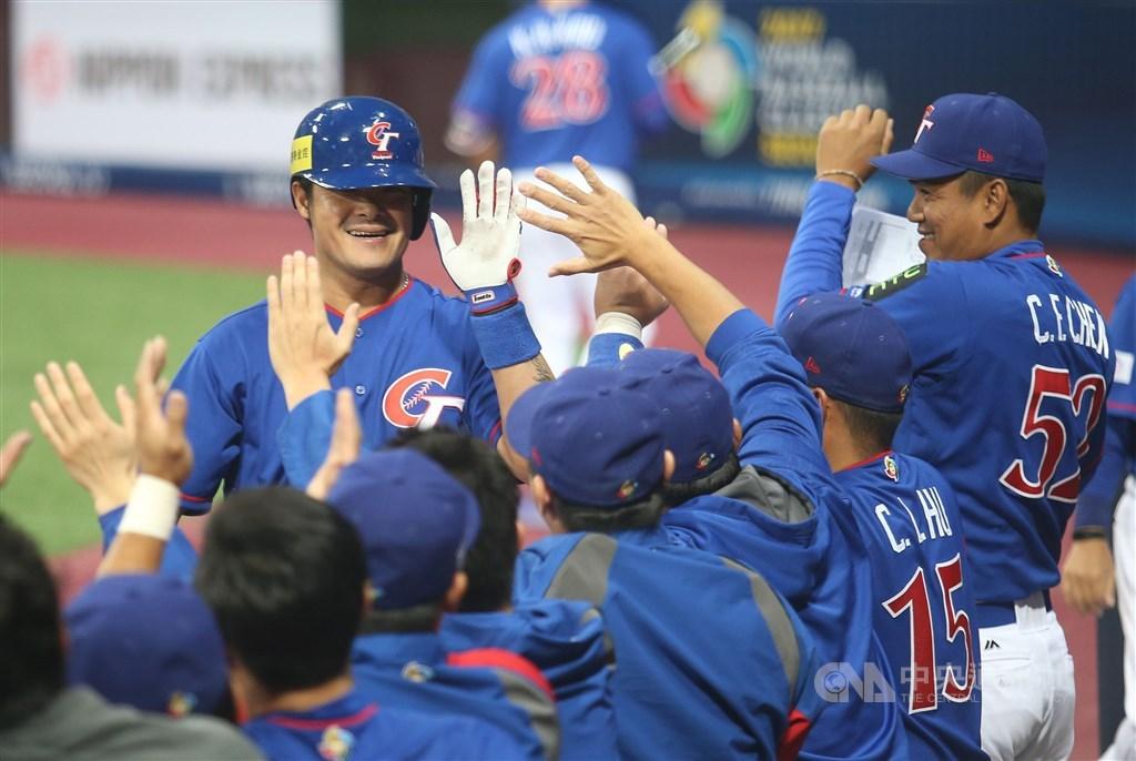 中華民國棒球協會16日表示,2021年世界棒球經典賽預計從16增至20隊,中華隊確定不用從資格賽打起。圖為2017經典賽中華隊對荷蘭一戰。(中央社檔案照片)