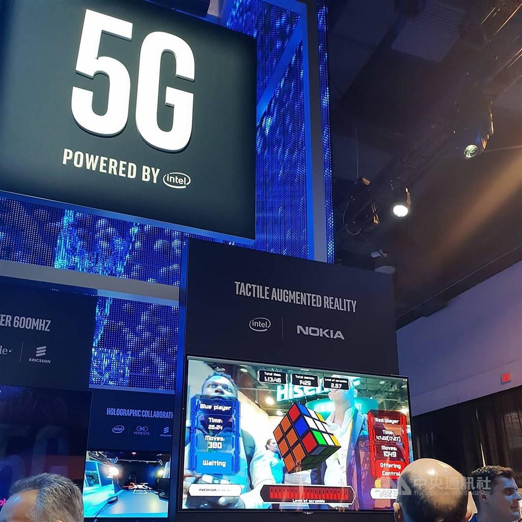 5G第一階段競標落幕,標金衝高至新台幣1380.81億元。業界認為,成本勢必轉嫁,未來資費若居高不下,消費者不買單,電信產業獲利受限,將是消費者、產業、國家3輸局面。(中央社檔案照片)