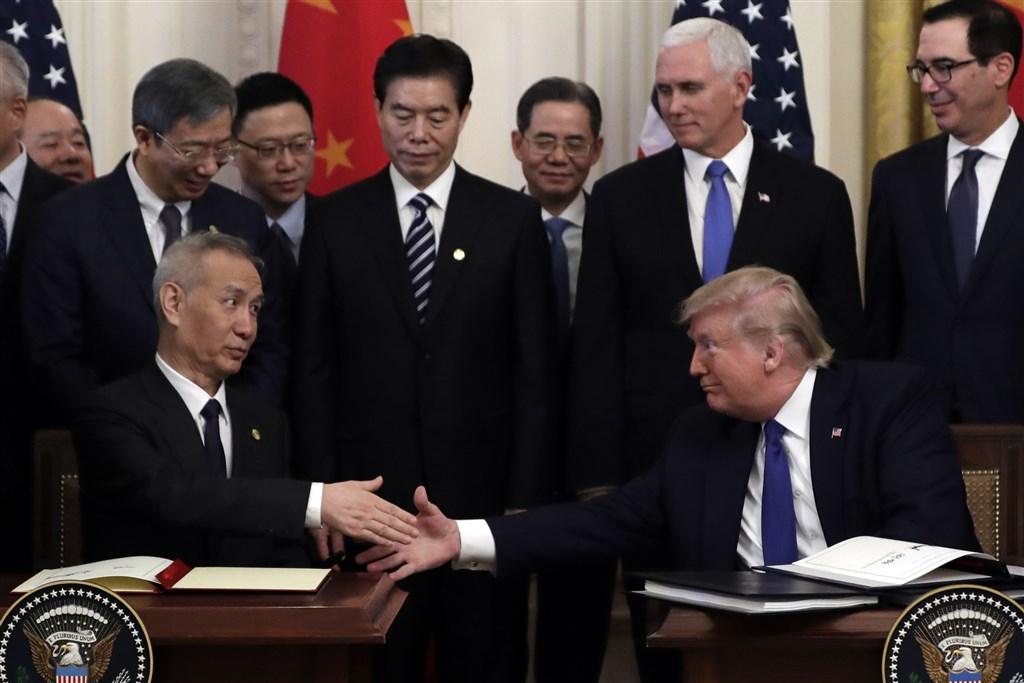 美國總統川普(前右)15日在白宮與中國國務院副總理劉鶴(前左)簽署第一階段貿易協議。(美聯社)