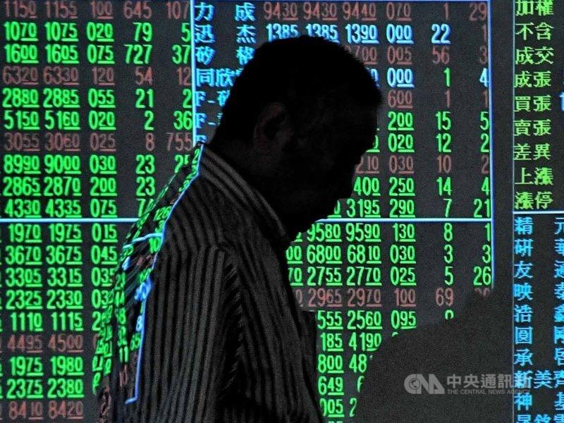 台股16日開盤跌85.80點,加權股價指數為12006.08點。(中央社檔案照片)