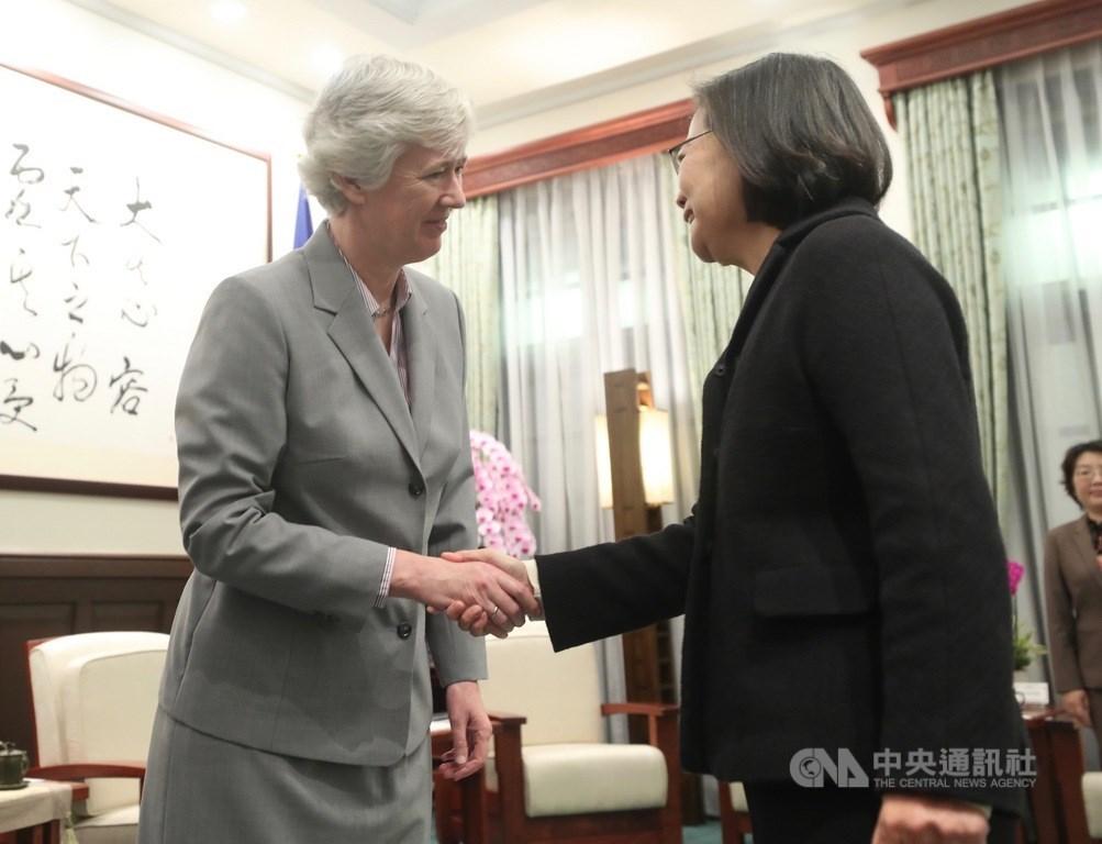 總統蔡英文(右)17日上午在總統府接見英國在台辦事處代表唐凱琳(Catherine Nettleton)(左),兩人握手致意。中央社記者吳家昇攝 109年1月17日