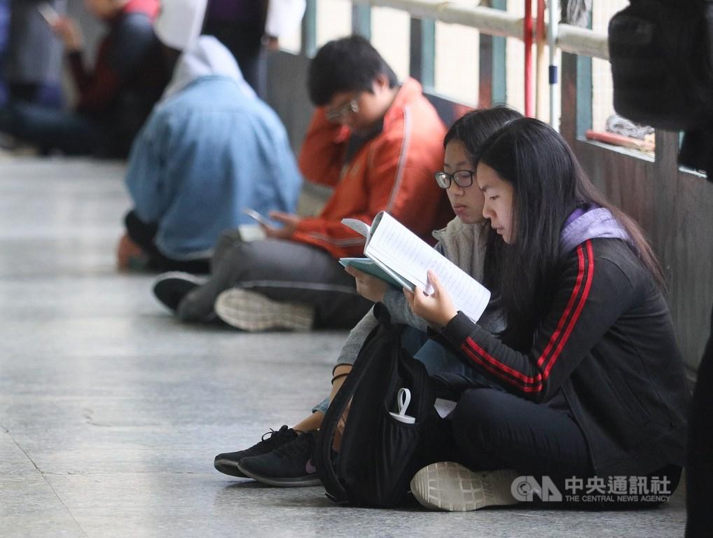 大學入學考試中心主辦的109學年度學科能力測驗考試17日舉行,考生上午把握考前時間做最後複習。中央社記者謝佳璋攝 109年1月17日