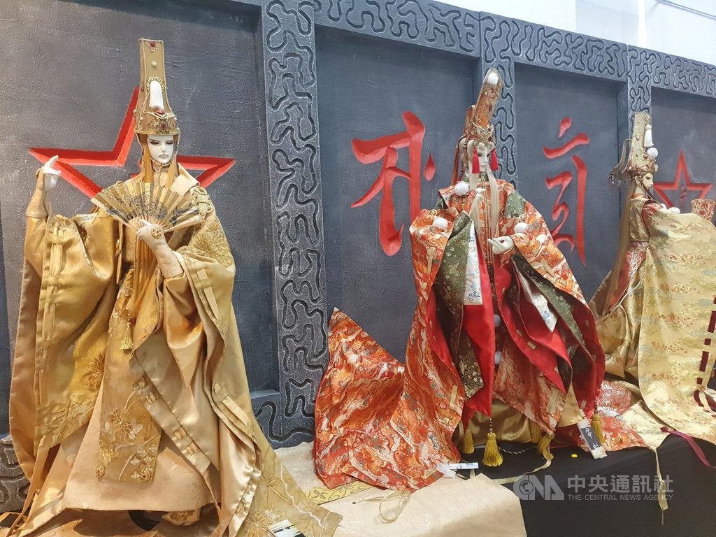 屏東縣戲曲故事館邀請來自雲林的木藝堂展出戲偶,展期即日起至4月19日。圖為創辦人方志銘自創的日本陰陽師戲偶。(文化處提供)中央社記者郭芷瑄傳真 109年1月17日