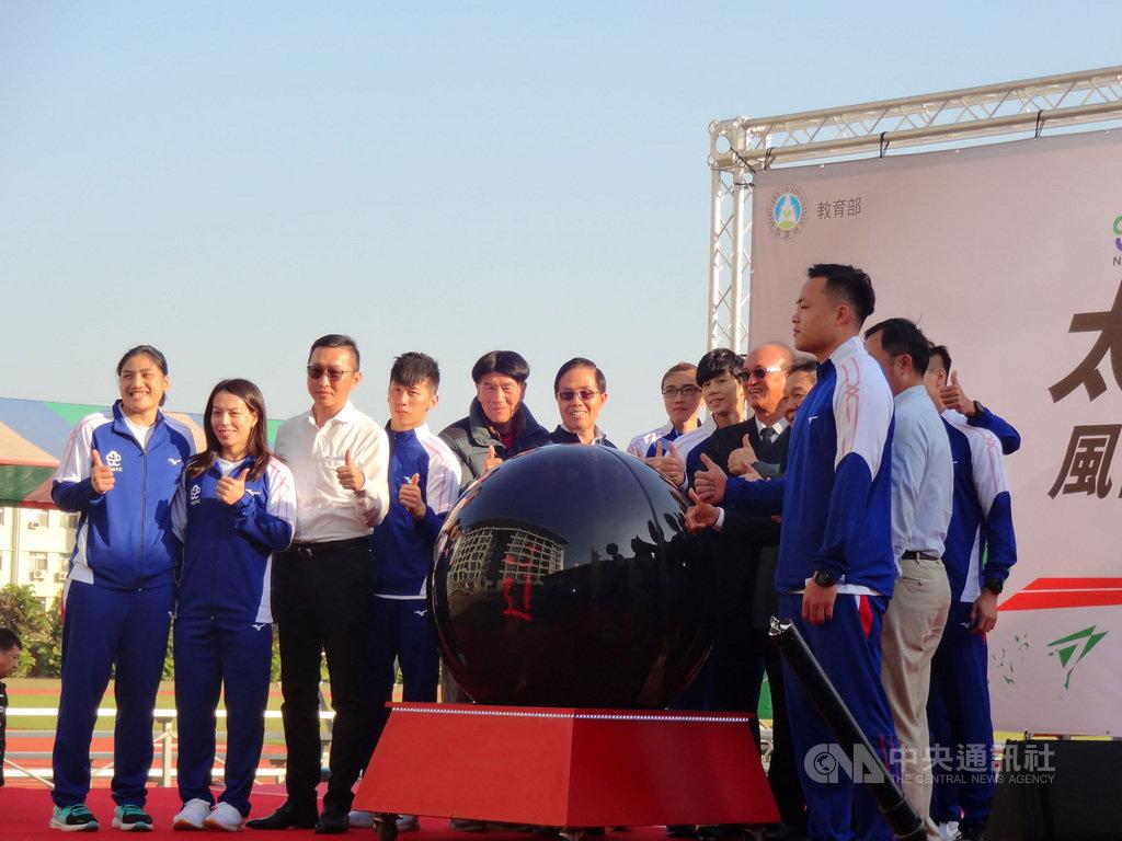 國家運動訓練中心太陽能直線風雨跑道17日啟用,舉重選手郭婞淳(左2)等參加啟用儀式並試跑,讚不絕口,也表示全力備戰2020東京奧運。中央社記者陳朝福攝  109年1月17日