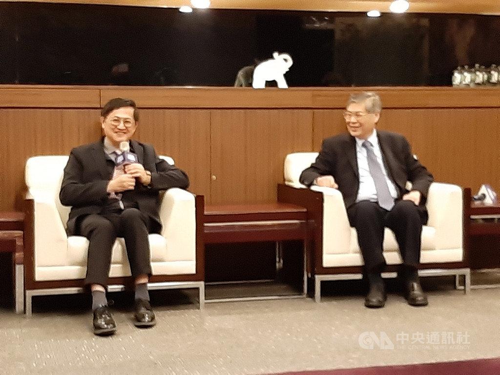 和碩董事長童子賢(左)17日在旺年會記者會表示,除母公司擴大投資,在台灣轉投資的上市櫃企業體,在未來一年至一年半,都會擴大在台業務;右為和碩執行長廖賜政。中央社記者潘智義攝 109年1月17日