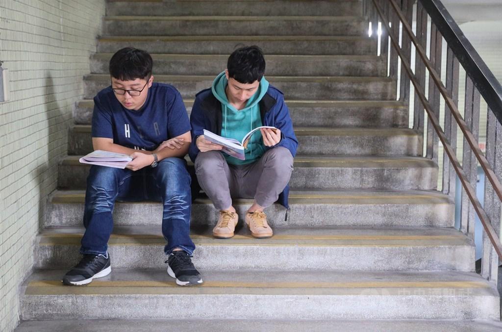 109學年度學科能力測驗約13.3萬名考生報名,17日第一天考英文、國文(選擇題)、社會,上午考生們把握考前時間做最後衝刺。中央社記者謝佳璋攝 109年1月17日