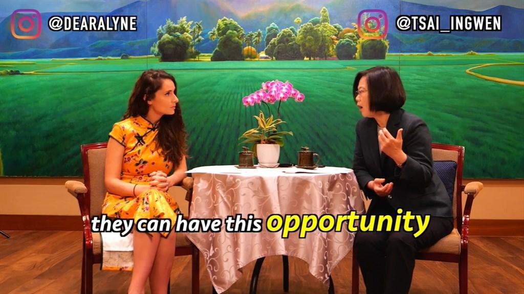 總統蔡英文(右)近期接受網路紅人塔米爾專訪,兩人以英語對談。(圖取自facebook.com/dearalyne)