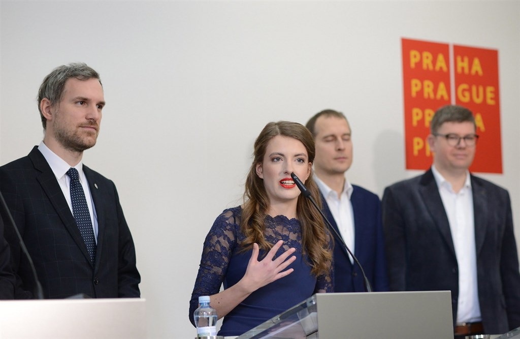 布拉格市議員克勞斯娃(中)在海盜黨的中國政策扮演重要角色。(捷克海盜黨提供)中央社記者林育立柏林傳真 109年1月17日