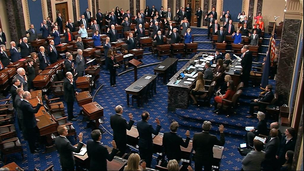 美國總統川普的彈劾審理16日正式展開,美國聯邦參議院議員進行宣誓擔任陪審員。(美聯社)