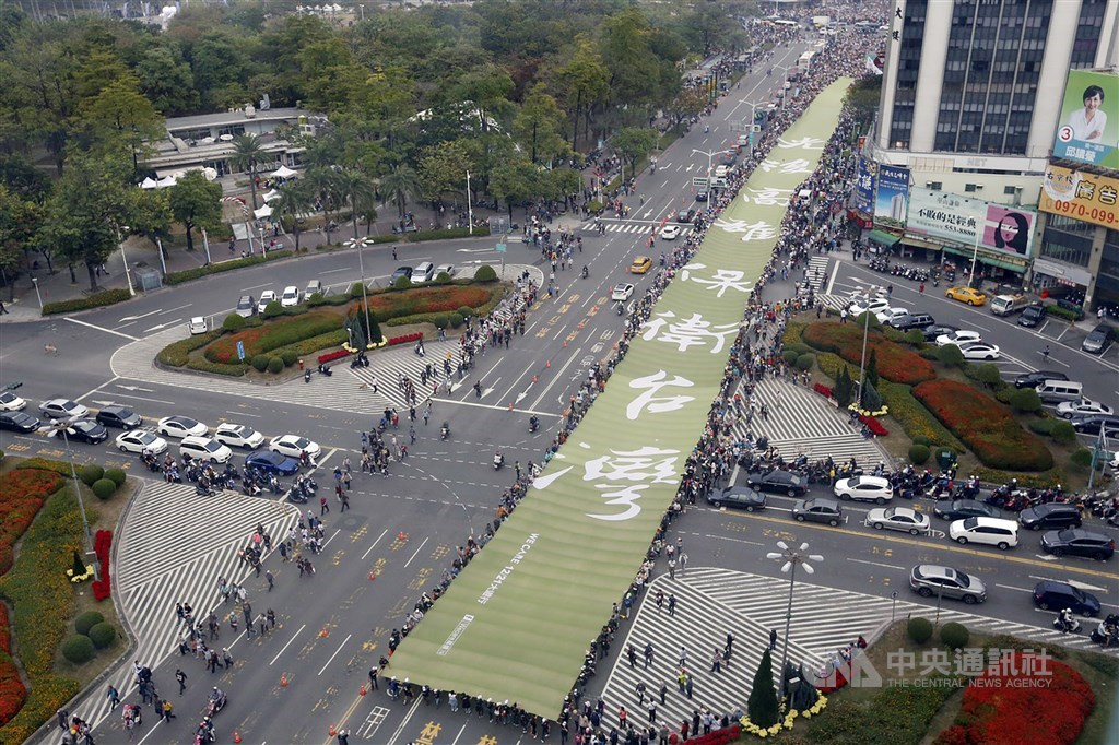 「Wecare高雄」等團體發起罷免高雄市長韓國瑜,中選會17日表示,罷免案提議人人數已達法定提議人的人數。圖為2019年12月21日民眾上街參與罷韓活動。(中央社檔案照片)