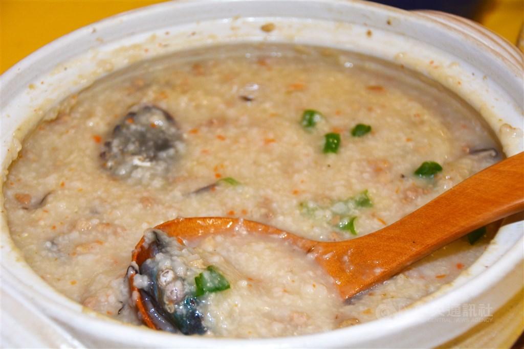 台灣大學營養學教師洪泰雄表示,年長者常有牙齒咬不動的問題,因此喜歡吃粥。但如果要控制血糖,建議以全麥、糙米等全穀物熬煮,而不要用精製白米。(中央社檔案照片)