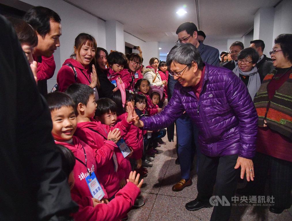 副總統陳建仁(前右)18日下午出席「2020總統府歲末聯歡 活力寶貝共團圓」活動,與現場參與活動的小朋友開心擊掌。中央社記者王飛華攝 109年1月18日