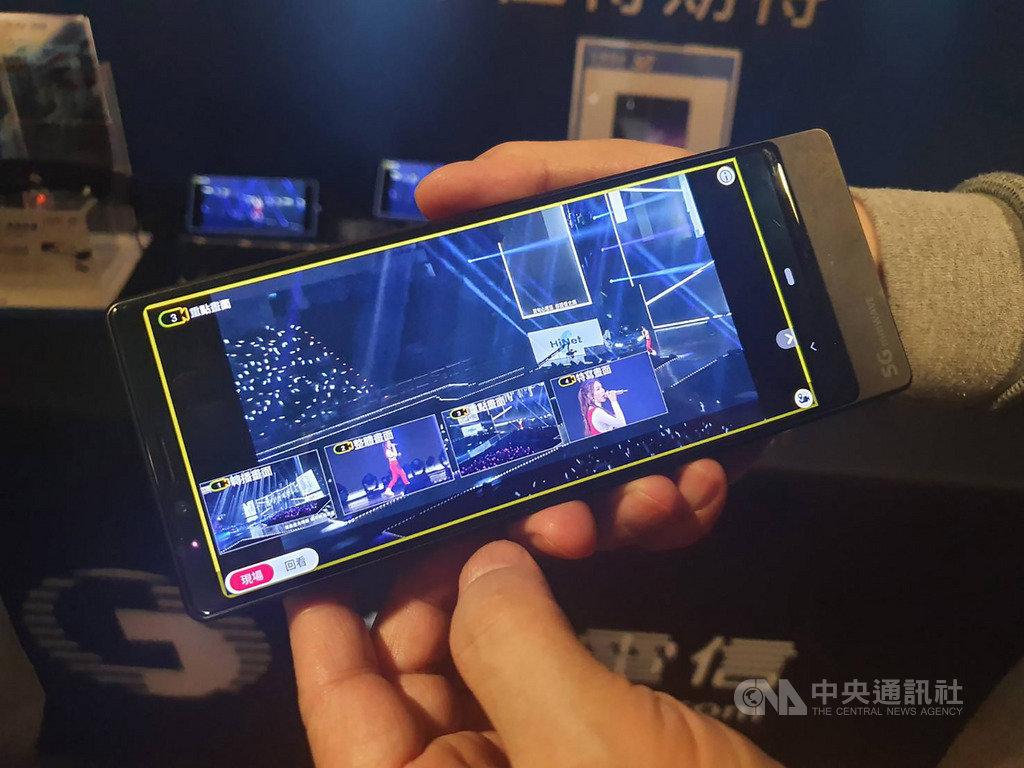 KKBOX風雲榜18日晚間登場,中華電信在小巨蛋再次以現場多視角高清直播,讓觀眾自己當導播,選擇想要觀看的視角,不管位置離舞台多遠,都能如同親臨搖滾區一般。中央社記者江明晏攝 109年1月18日