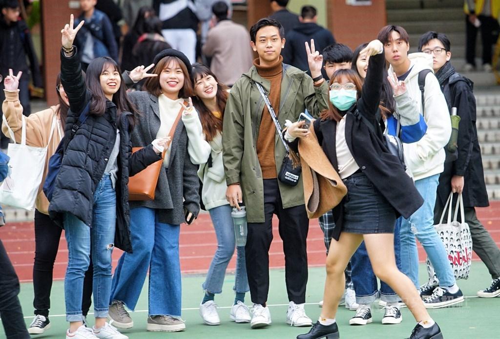 109學年度大學入學學科能力測驗第2天試程結束,大批考生下午走出考場,心情顯得放鬆許多,開心拍照比YA留念。中央社記者王騰毅攝 109年1月18日