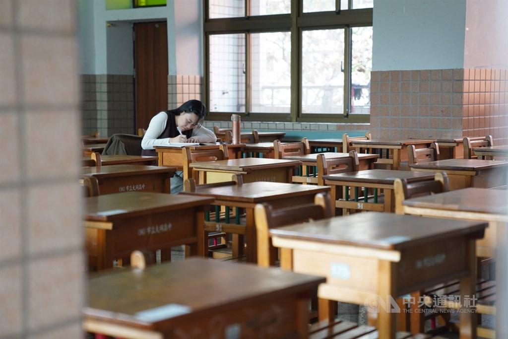 學測18日考完,建中試場傳出同名同姓同教室的2名考生坐錯座位,且由監試人員發現,依學測簡章規定可能被扣分。(示意圖/中央社檔案照片)