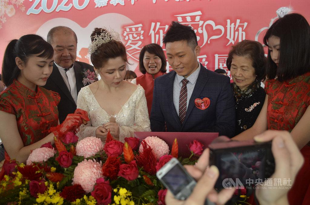 2020年嘉義市第38屆市民集團結婚18日浪漫登場,由新人郭煜騰(右3)、黃雁琳(左3)代表所有新郎新娘用印,嘉義市長黃敏惠(後中)證婚,議長莊豐安(左2)則擔任主婚人中央社記者蔡智明攝 109年1月18日